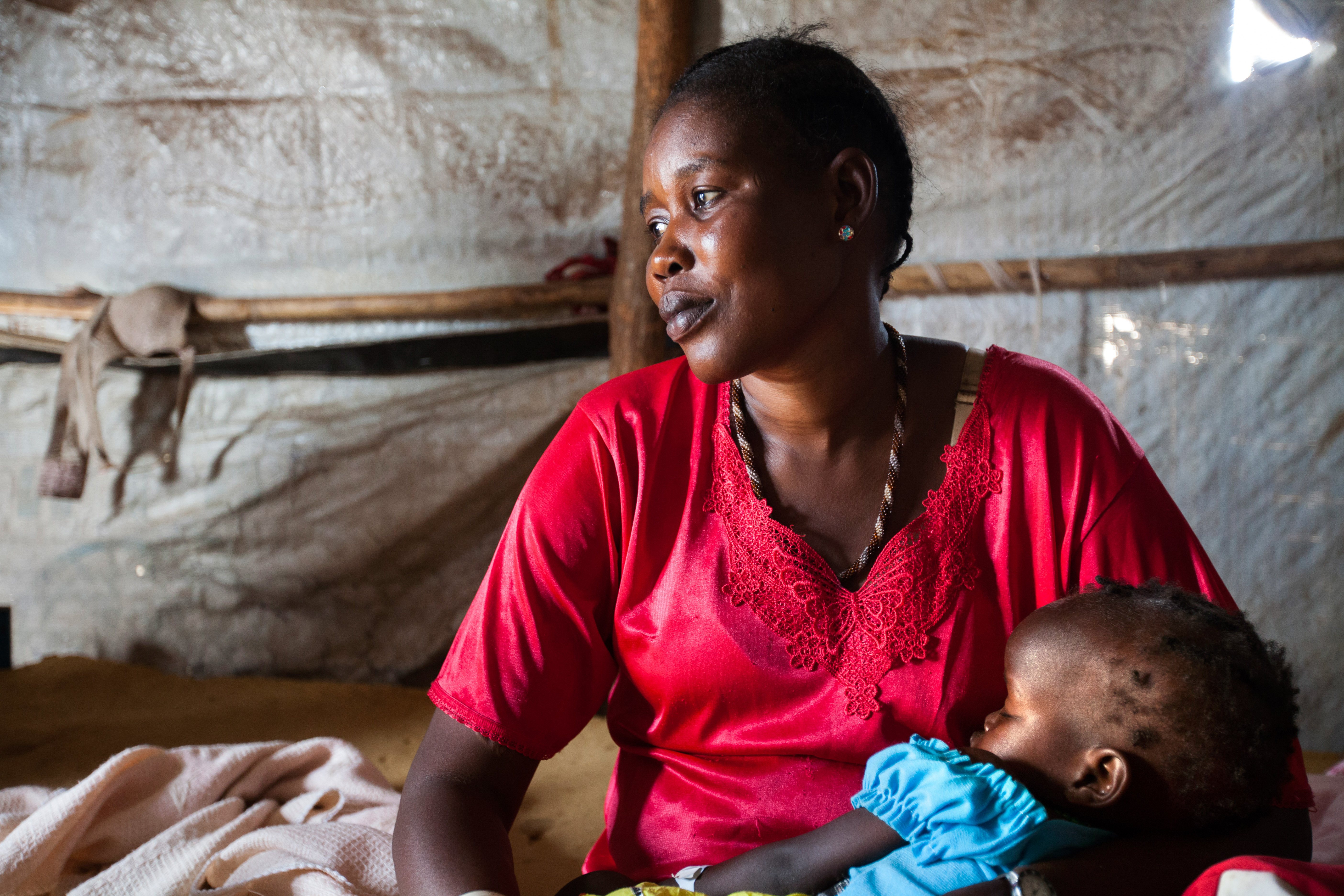 Displaced resident Elisa Both, from Upper Nile, holds her child Nyariek Gatkuoth (1.5 years) in a relatives' shelter at the UN Protection of Civilians site (PoC) in Juba, South Sudan. Source: © UNICEF / Gonzalez Farran