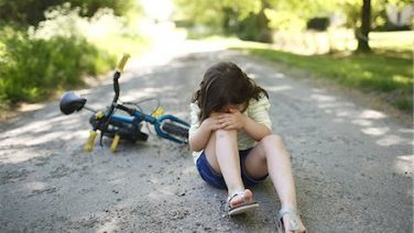 877-08129383 © Photononstop / Masterfile Model Release: Yes Property Release: No A 5 years old girl near her bike, after falling on a country road