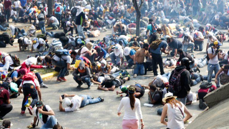 2014_Venezuelan_protests_tear_gas_response.jpg